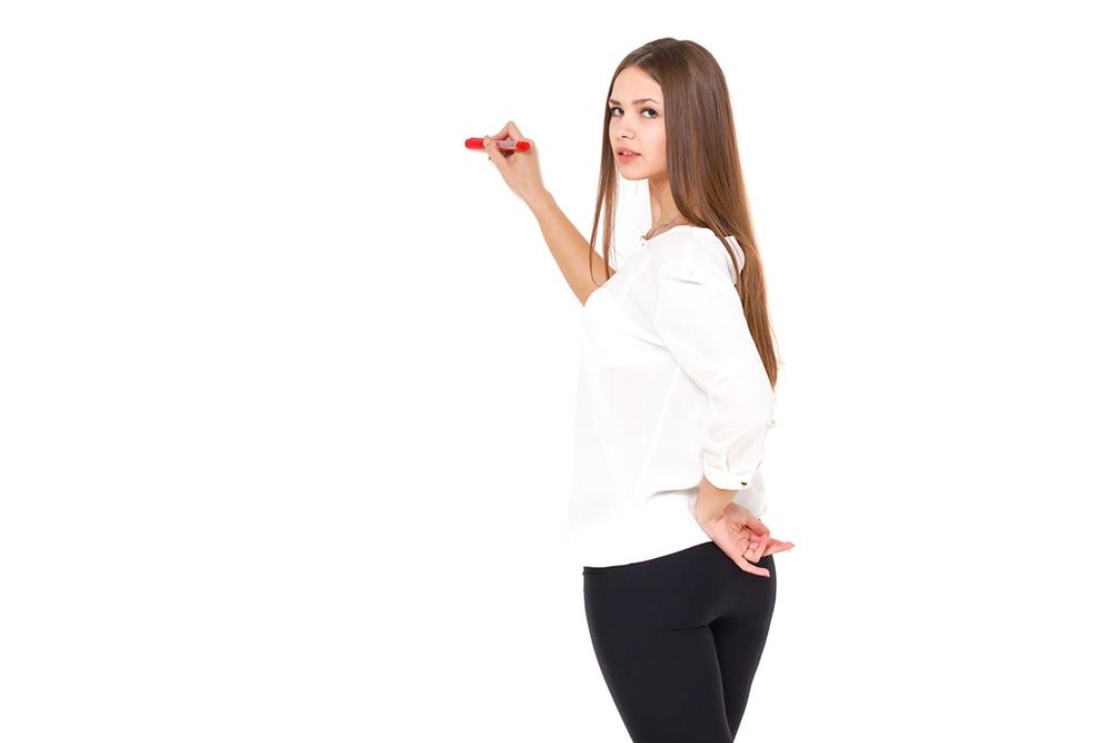 壁に文字を書く女性