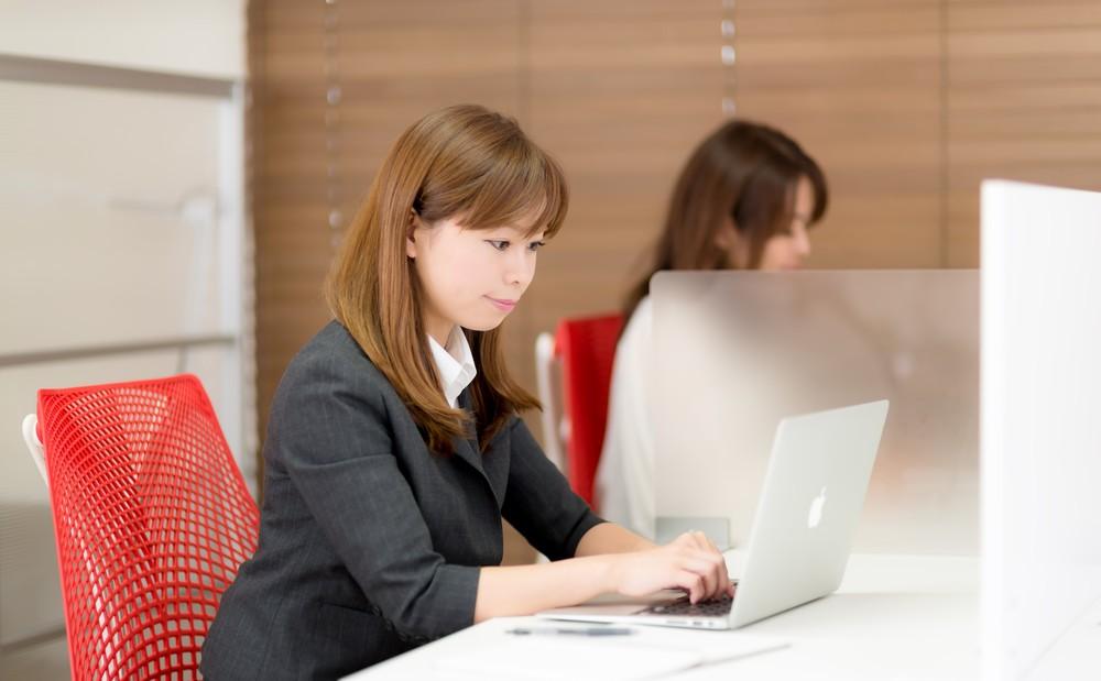 ノートパソコンで作業する女性